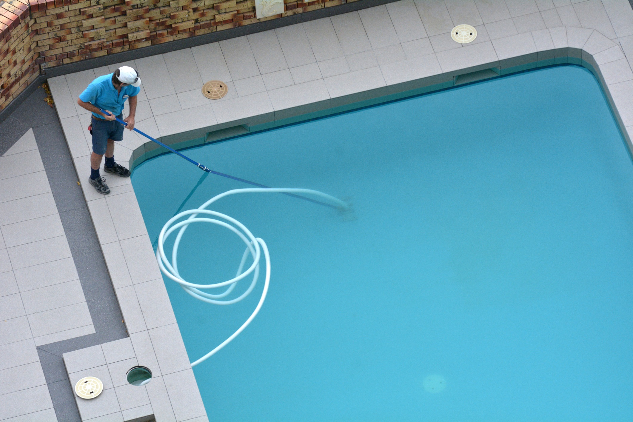 Pool Cleaner Cleaning a Pool by vacumming the floor